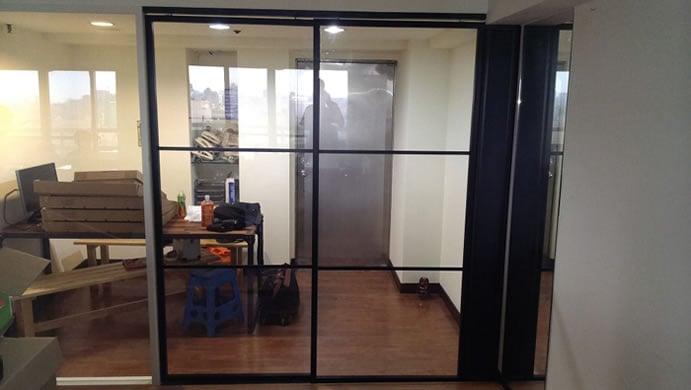 高隔間黑色烤漆鋁框玻璃拉門